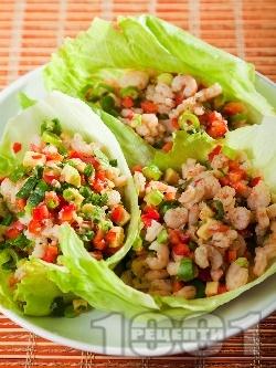 Салата със скариди, чушки и авокадо в листа от айсберг - снимка на рецептата